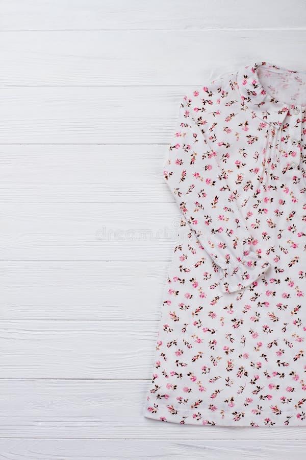 Modernes Nachthemd für kleines Mädchen stockfoto