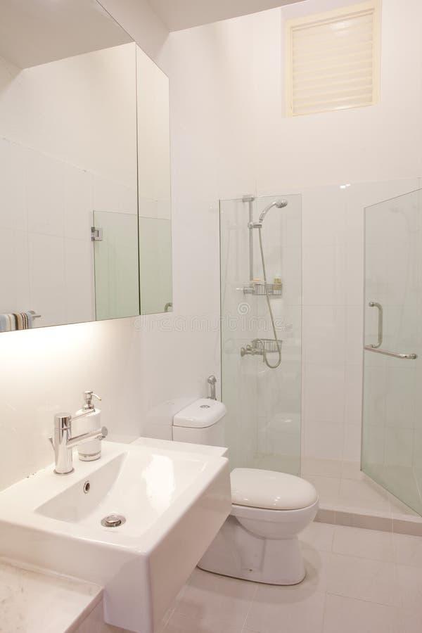 Modernes nobles Badezimmer der sauberen und weißen Farbe stockfotos