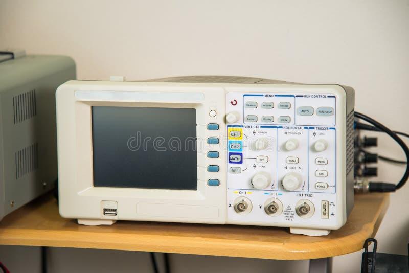 Modernes Oszilloskop im Reparaturservice, technische Ausrüstung, leerer Bildschirm, kein Diagramm lizenzfreies stockfoto