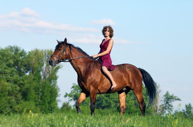 Modernes Porträt einer schönen jungen Frau und des Pferds lizenzfreies stockfoto