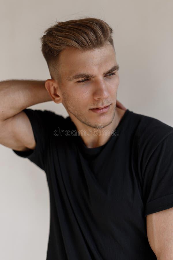 Modernes Porträt eines hübschen jungen amerikanischen Mannmodells stockfoto