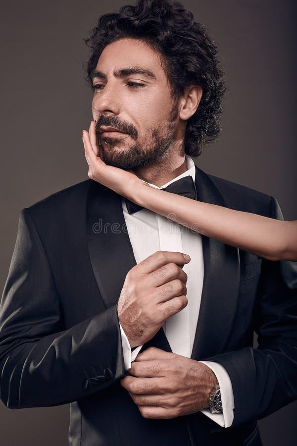 Modernes Porträt von eleganten sexy Paaren im Studio stockbilder