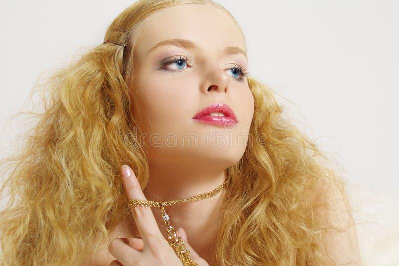 Modernes Portrait des Mädchens mit dem langen Haar lizenzfreie stockfotos