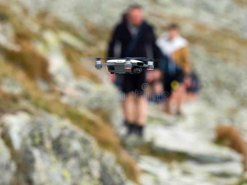 Modernes RC Brummen/Quadcopter mit Kamerafliegen im Berg Vysoke Tatry in Slowakei stockfoto