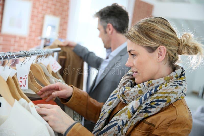 Modernes reifes Paareinkaufen im Bekleidungsgeschäft stockfotografie