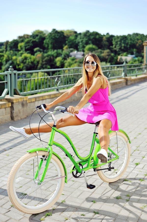 Modernes schönes junges hübsches Mädchen im rosa Kleid, das Spaß hat lizenzfreie stockbilder