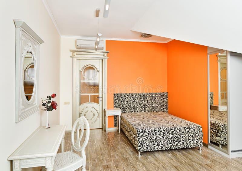 Modernes Schlafzimmer in der Orange mit Zebra kopierte Bett stockfotos