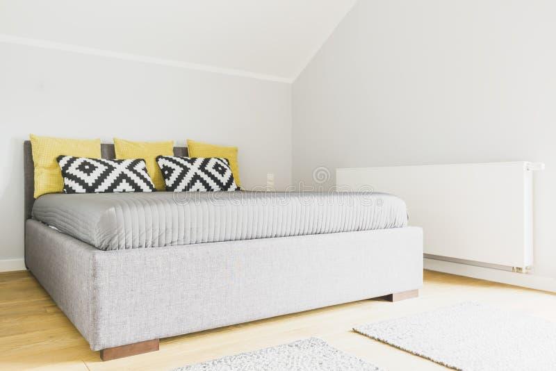 Modernes Schlafzimmer im Dachboden lizenzfreie stockfotos