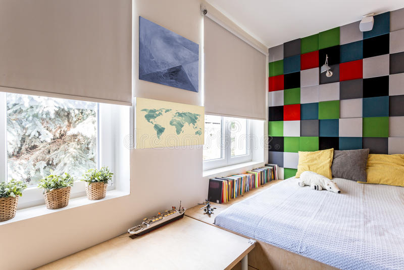 Modernes Schlafzimmer mit gepaßtem Bett stockbilder