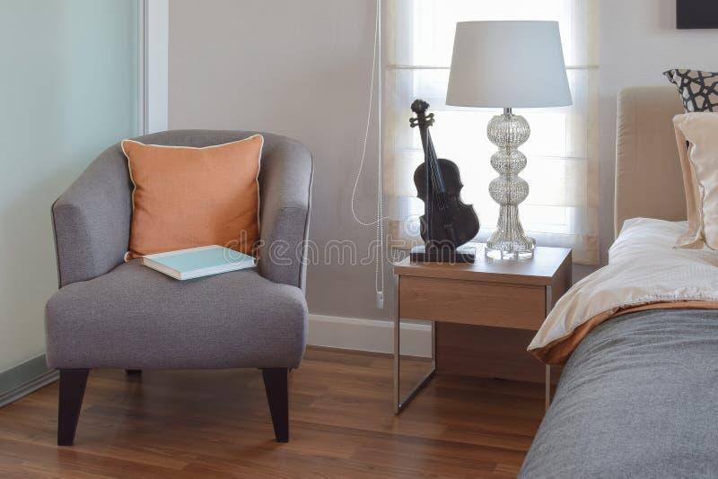Modernes Schlafzimmer Mit Orange Kissen Auf Grauem Stuhl Und Bett ...