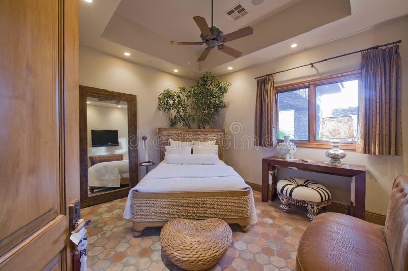 Modernes Schlafzimmer Mit Rattan Stockfoto - Bild von trennvorhang ...