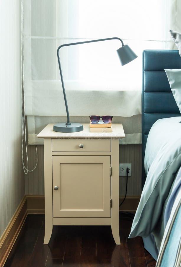 Modernes Schlafzimmer mit schwarzer Lampe stockfoto