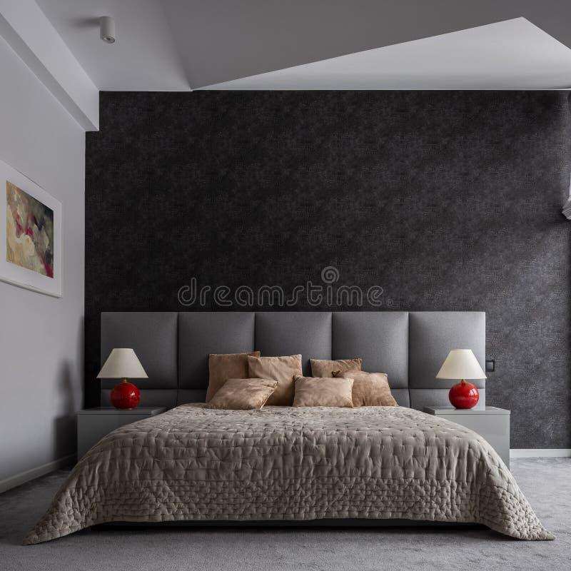 Modernes Schlafzimmer mit schwarzer Tapete stockbilder