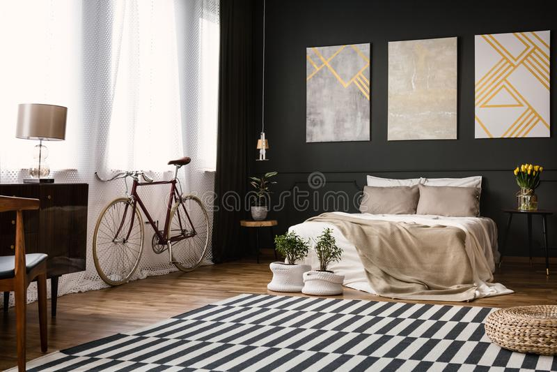 Modernes Schlafzimmer mit schwarzer Wand lizenzfreies stockfoto