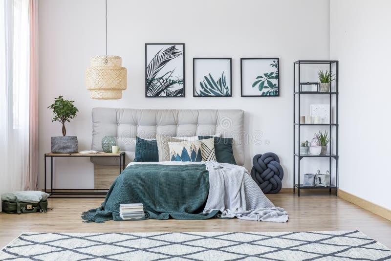 Modernes Schlafzimmer mit Teppich stockbilder