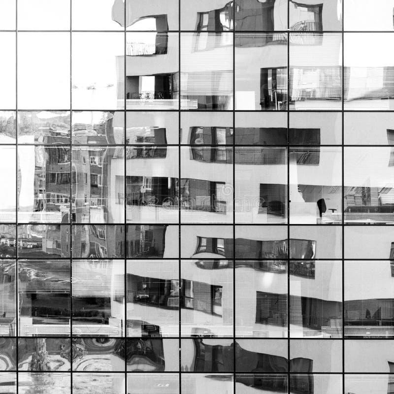 Modernes Schwarzweiss-Gebäude nachgedacht über Glasfassade lizenzfreie stockfotografie
