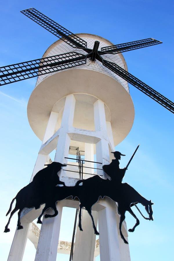 Modernes Tausendstel und Waßerturm im La Mancha, Spanien lizenzfreies stockbild