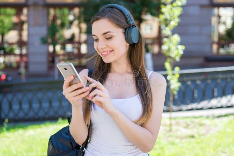 Modernes Technologietechnologiejugendgenerationsleben-Lebensstilkonzept Nahaufnahmefotoporträt von ekstatischem positivem nettem  stockfotos