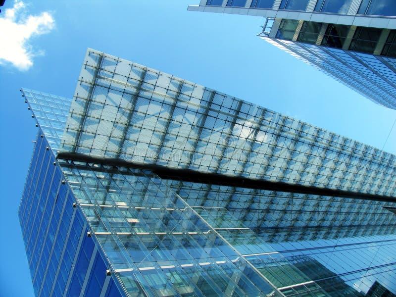 Modernes transparentes Bürohaus stockfotos