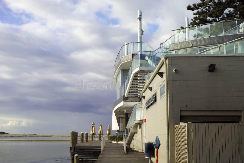 Modernes Ufergegendrestaurantgebäude in Australien stockfotografie