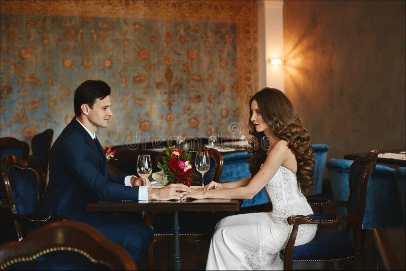 Modernes und schönes Paar-, sexy und elegantesbrunette vorbildliches Mädchen mit stilvoller Frisur in einem hellen Kleid und lizenzfreie stockbilder