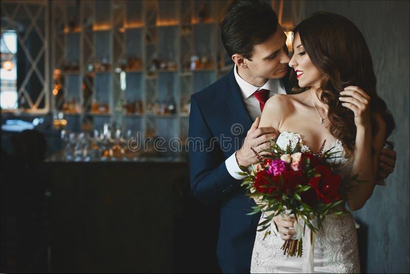 Modernes und schönes Paar-, sexy und elegantesbrunettemodellmädchen mit hellem Make-up und stilvoller Frisur in hellem Kleid a stockbilder