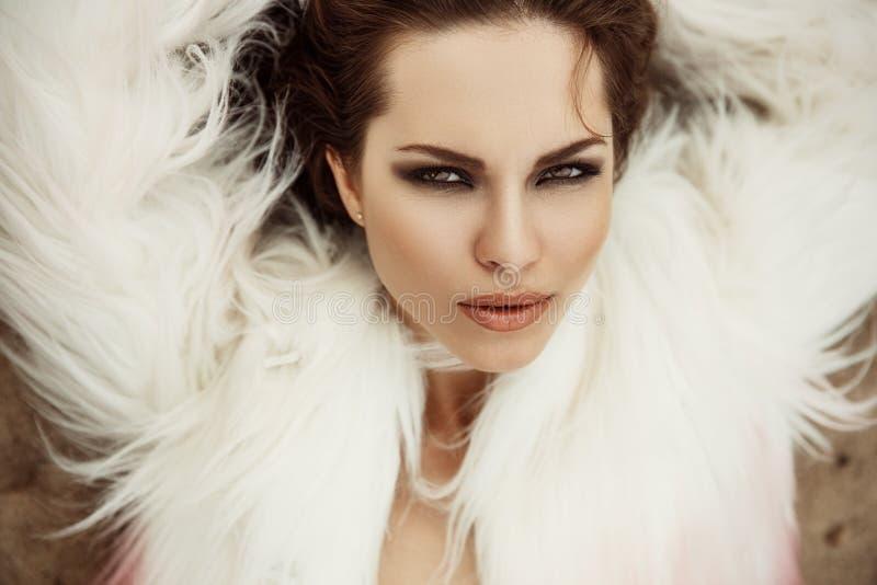 Modernes und stilvolles Porträt einer schönen und ausgezeichneten jungen brunette Frau mit sexy Make-up stockfoto