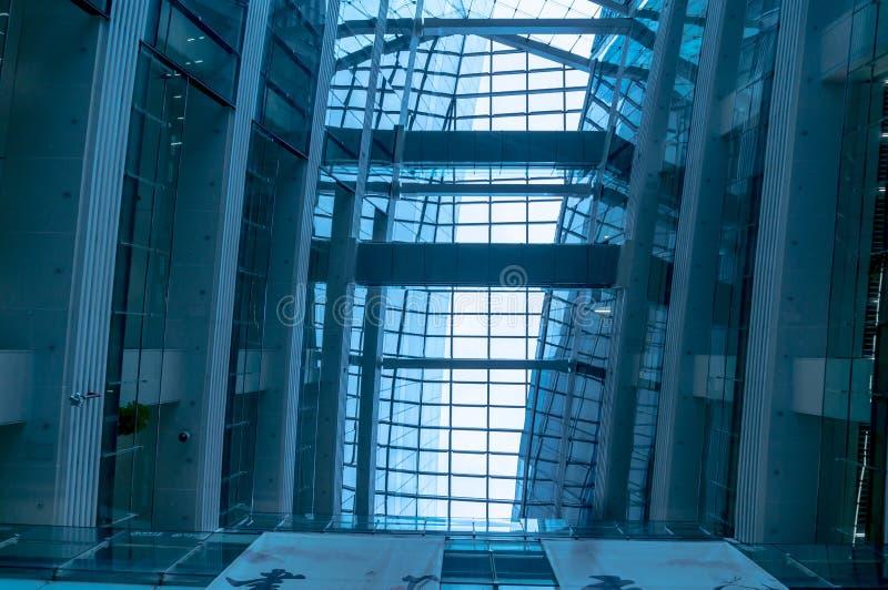 Modernes Unternehmensbürogebäude und blauer Himmel mit Wolken stockfoto
