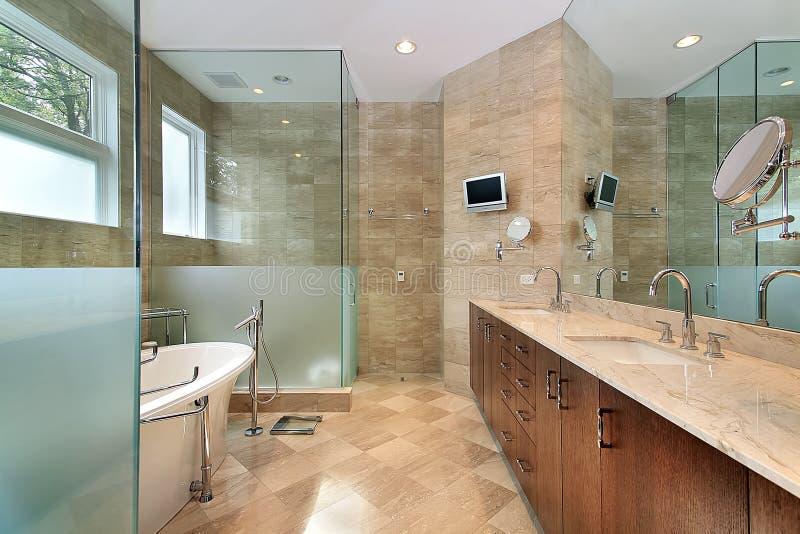Modernes Vorlagenbad mit Glasdusche stockfotografie