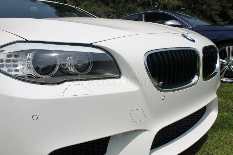 Modernes Weiß trägt Limousinefrontdetail zur Schau lizenzfreie stockbilder