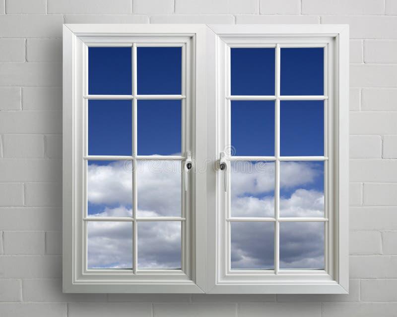 Modernes Weißbelüftungs-Fenster mit Ansicht des blauen Himmels stockfoto