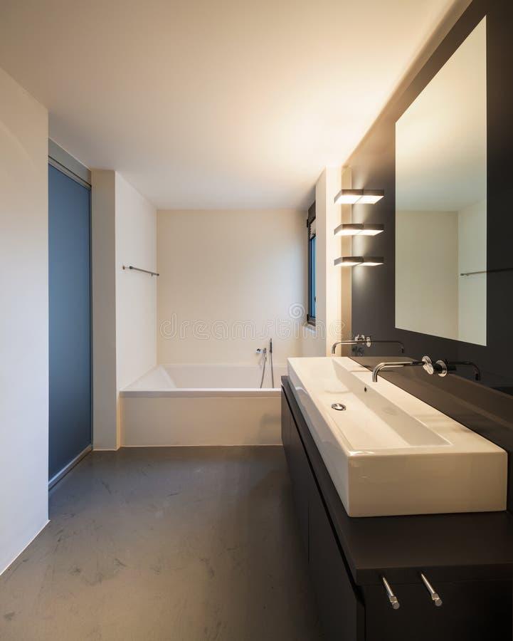 Modernes weißes Badezimmer stockfotografie