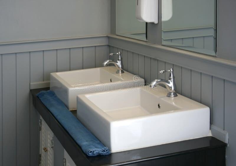 Modernes weißes Becken stockfoto