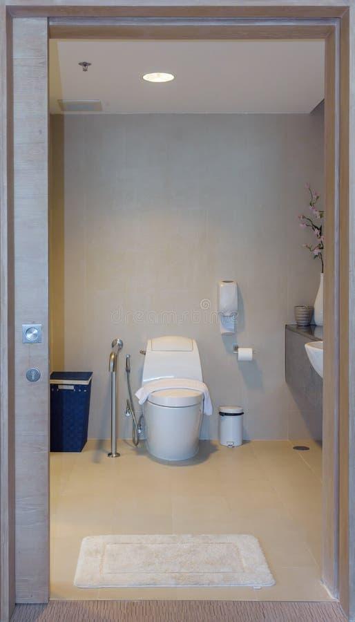 Modernes weißes einfaches sauberes Toilettenbadezimmer stockfotos