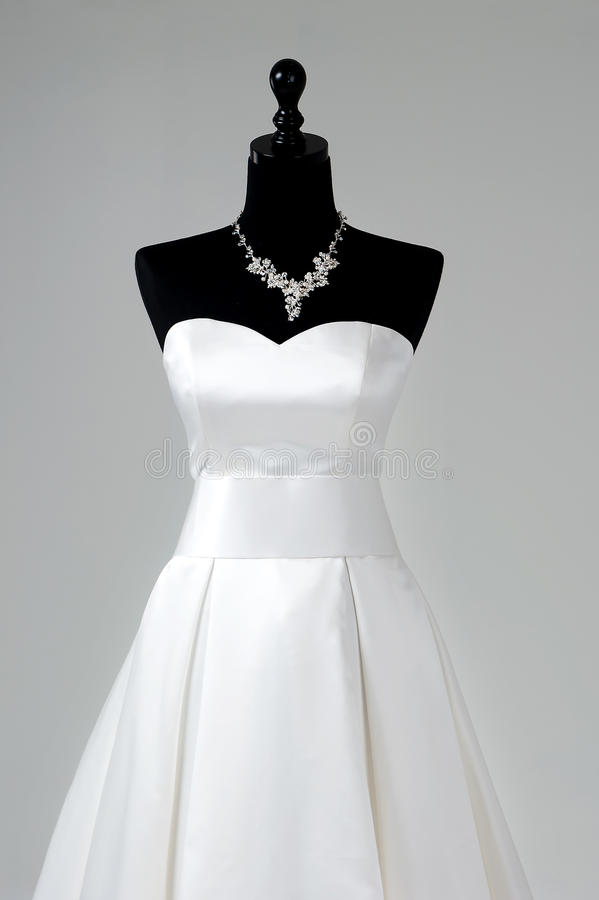 Modernes weißes Hochzeitskleid lokalisiert auf grauem Hintergrund lizenzfreies stockfoto