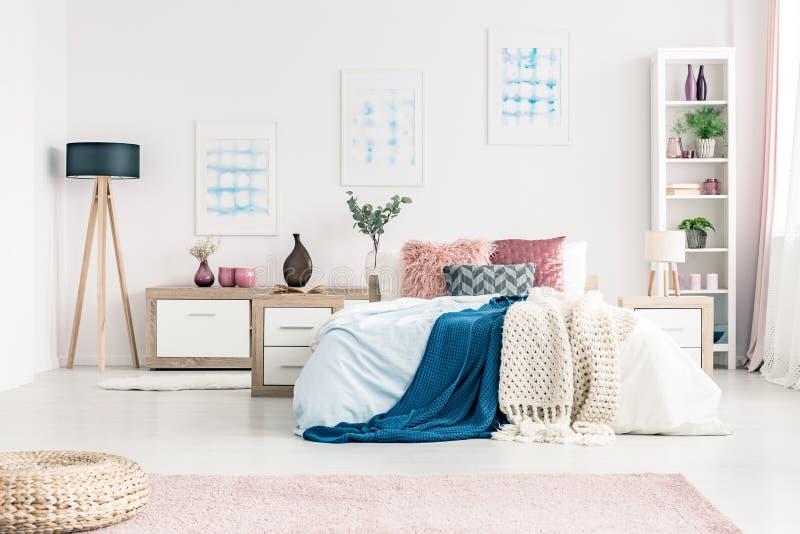Modernes weißes Schlafzimmer stockfotos
