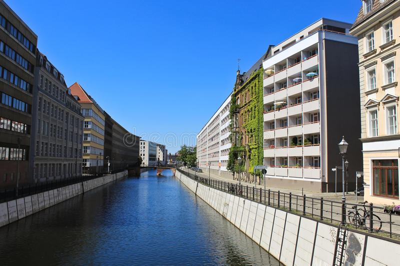 Modernes Wohngebäude in Berlin lizenzfreies stockbild