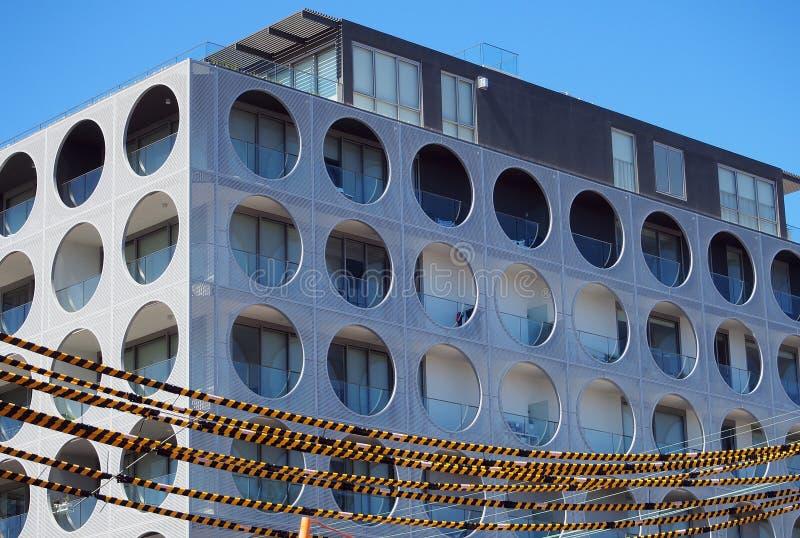 Modernes Wohngebäude mit rundem Windows stockfoto
