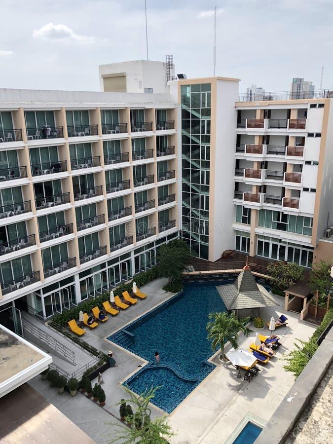 Modernes Wohngebäudekondominium mit Swimmingpool lizenzfreie stockfotos