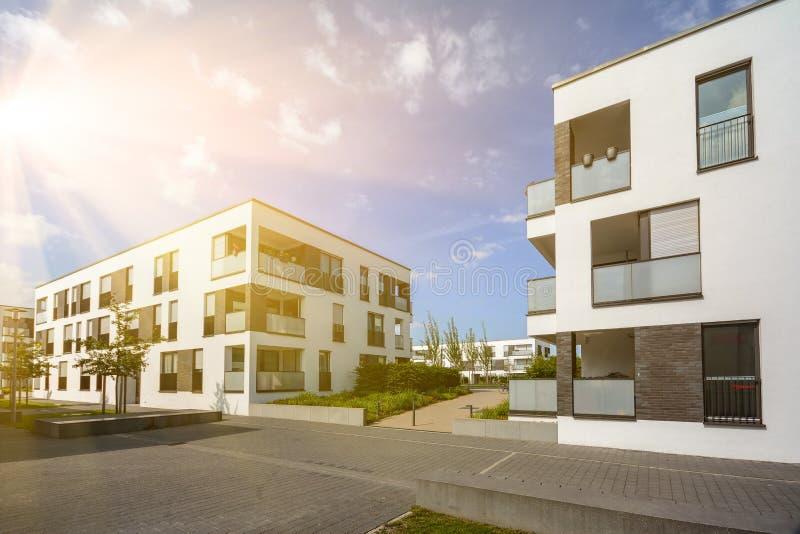Modernes Wohngebiet mit Wohngebäuden in einer neuen Stadtentwicklung lizenzfreies stockbild