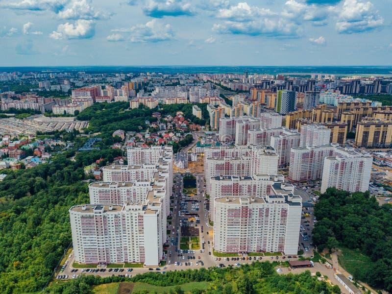 Modernes Wohngebiet in Voronezh, Vogelperspektive vom Brummen am Sommertag lizenzfreie stockfotos