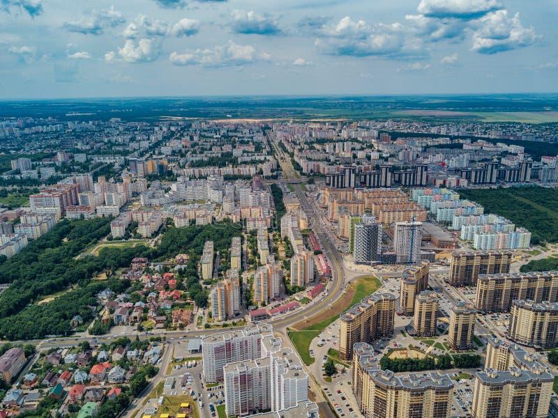 Modernes Wohngebiet in Voronezh, Vogelperspektive vom Brummen am Sommertag stockfotografie