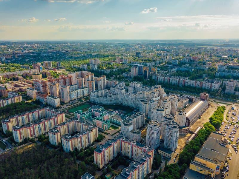 Modernes Wohngebiet in Voronezh, Vogelperspektive vom Brummen am Sommertag stockfotos