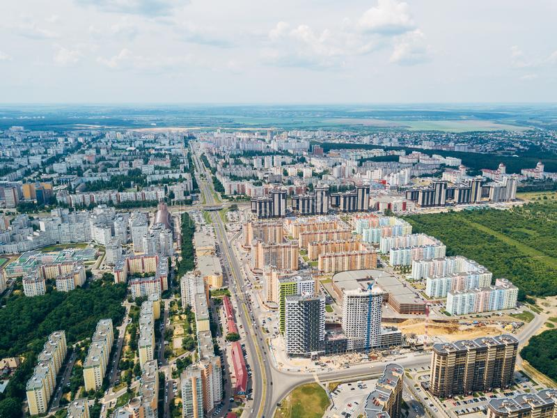 Modernes Wohngebiet in Voronezh, Vogelperspektive vom Brummen am Sommertag stockbilder