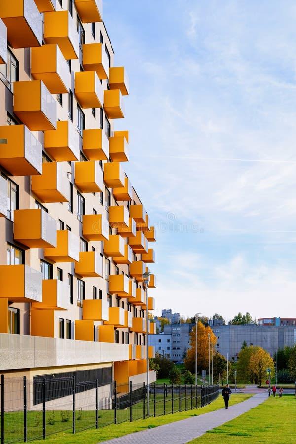 Modernes Wohnungsbauwohnäußeres der Wohnung mit Torkonzept stockfotos