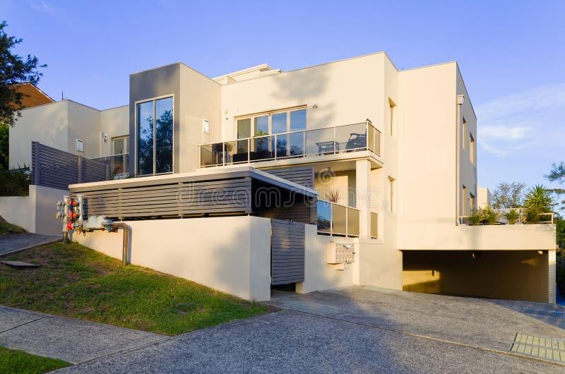 Modernes Wohnwohngebäude außen mit den Balkonen lizenzfreie stockbilder