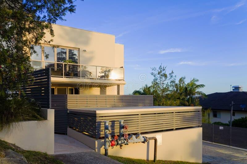 Modernes Wohnwohngebäude außen mit den Balkonen stockfotografie