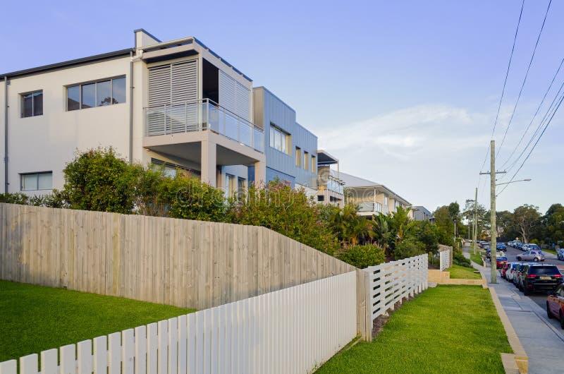 Modernes Wohnwohngebäude außen mit den Balkonen lizenzfreies stockbild