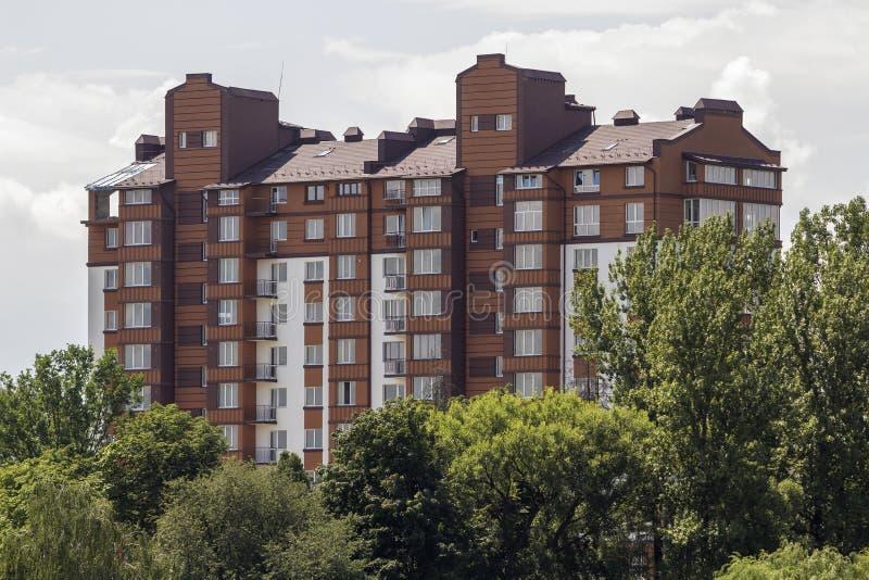 Modernes Wohnwohngebäude unter grünen Bäumen Eigentum im ökologischen ruhigen Bereichskonzept stockfotografie