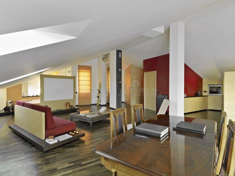 Modernes Wohnzimmer im Dachboden stockbilder